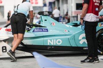 Tom Dillmann, NIO Formula E Team, NIO Sport 004, est poussé dans le garage par les mécaniciens
