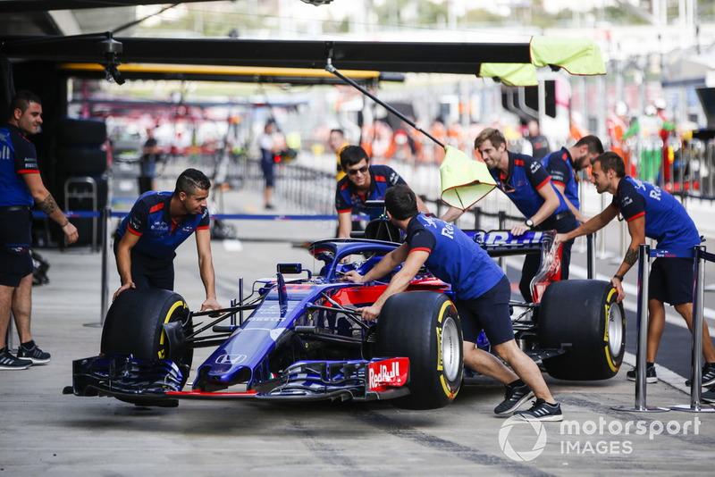 La voiture de Brendon Hartley, Toro Rosso STR13 dans la voie des stands