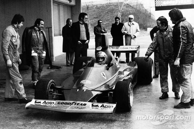 Niki Lauda prueba el Ferrari 312T por primera vez mientras Clay Regazzoni, Mauro Forghieri, Enzo Ferrari y Ermanno Cupghi observan