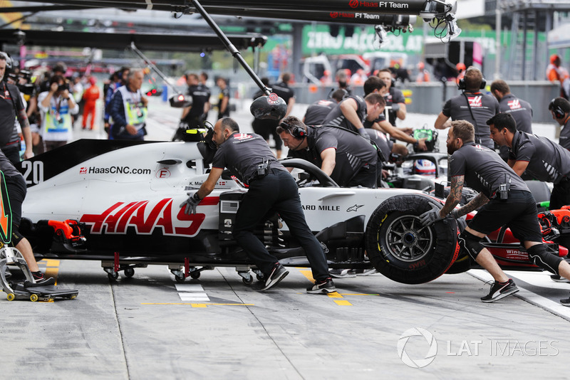 Kevin Magnussen, Haas F1 Team VF-18, pits