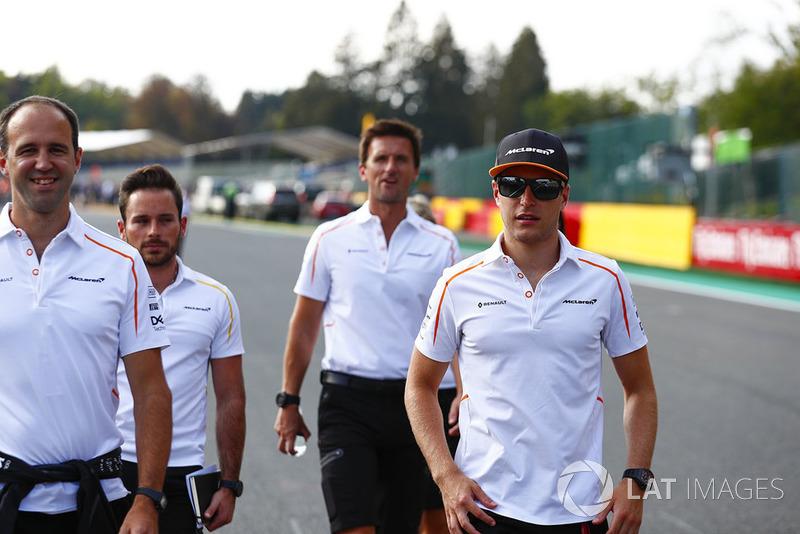 Stoffel Vandoorne, McLaren, walks the circuit with colleagues