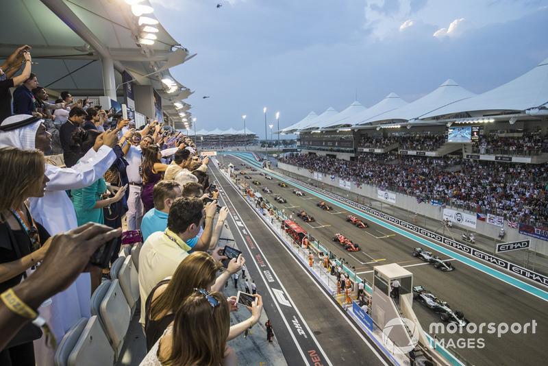 Lewis Hamilton, Mercedes AMG F1 W09 EQ Power+, precede Valtteri Bottas, Mercedes AMG F1 W09 EQ Power+, Sebastian Vettel, Ferrari SF71H, Kimi Raikkonen, Ferrari SF71H, e il resto del gruppo, alla partenza