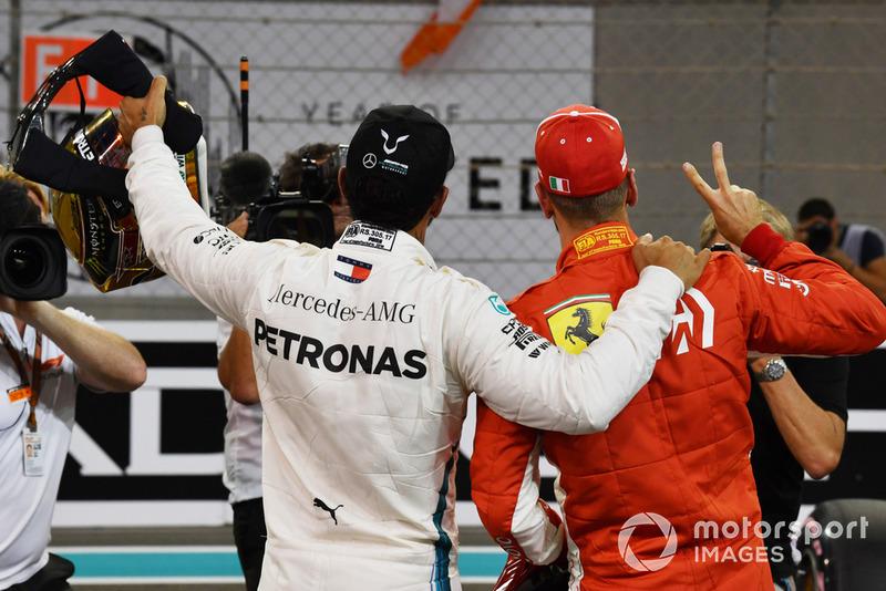 Ganador de la pole Lewis Hamilton, Mercedes AMG F1 y tercero Sebastian Vettel, Ferrari en Parc Ferme