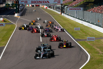 Lewis Hamilton, Mercedes AMG F1 W09, leads Valtteri Bottas, Mercedes AMG F1 W09, Max Verstappen, Red Bull Racing RB14, Kimi Raikkonen, Ferrari SF71H, Romain Grosjean, Haas F1 Team VF-18, at the start