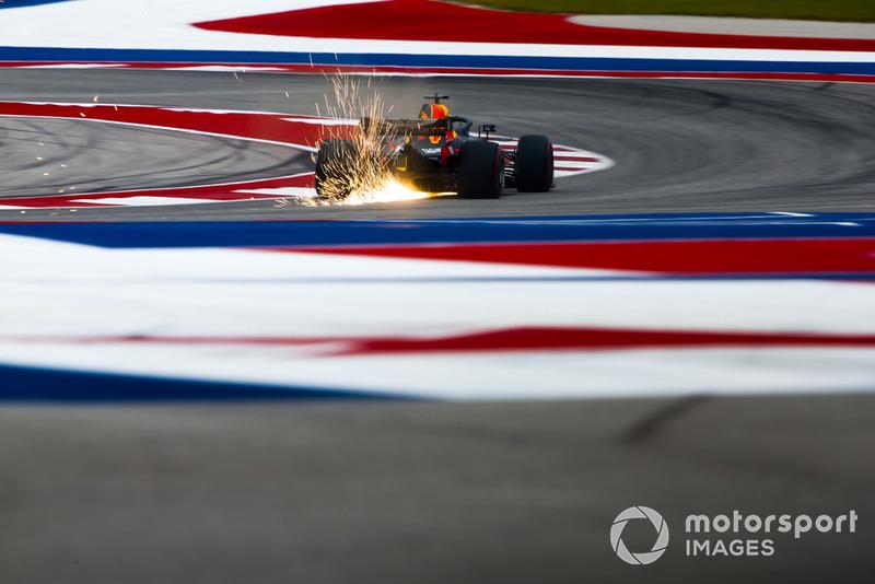 Las chispas vuelan desde la parte trasera de Daniel Ricciardo, Red Bull Racing RB14