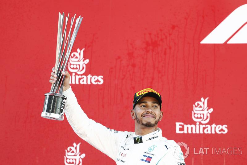 Lewis Hamilton, Mercedes AMG F1, festeggia sollevando il trofeo sul podio