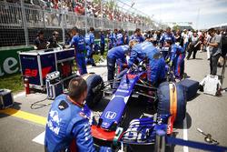La Toro Rosso de Brendon Hartley avec les mécaniciens sur la grille
