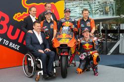 Pit Beirer, directeur de la compétition de KTM, Mika Kallio, Pol Espargaro, Bradley Smith, Hubert Trunkenpolz, membre du conseil d'administration de KTM, Mike Leitner, Team Manager Red Bull KTM Factory Racing
