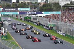 Arrancada: Lewis Hamilton, Mercedes AMG F1 W09 líder