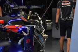 Scuderia Toro Rosso STR12 nel garage