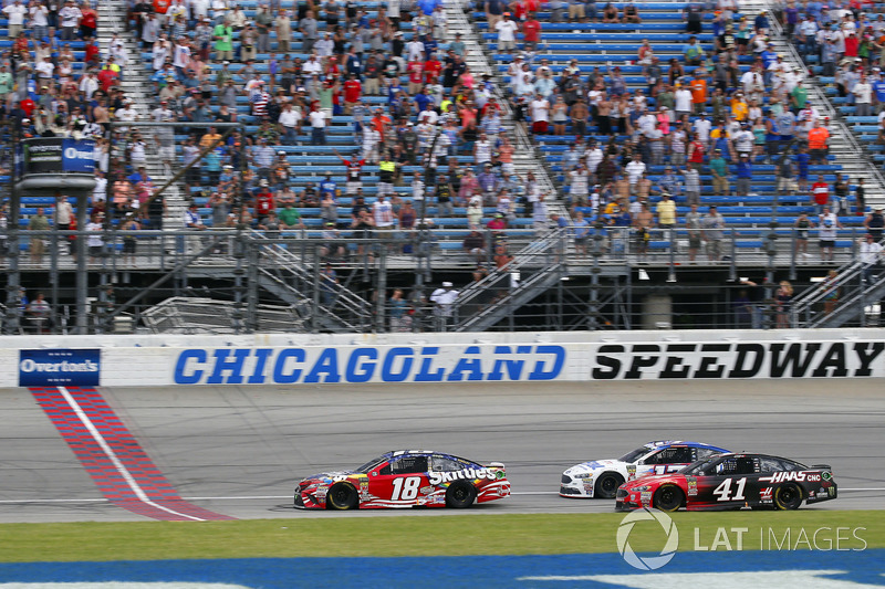 Kyle Busch, Joe Gibbs Racing, Toyota Camry Skittles Red White & Blue, passa sotto la bandiera a scacchi e conquista la vittoria