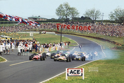 Chris Amon, Ferrari 246T leads Jochen Rindt, Lotus 49B-Ford, at the start