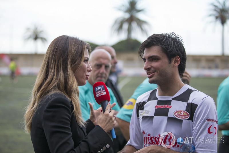 Carlos Sainz Jr., Renault Sport F1 Team discute avec Federica Masolin, Sky Italia
