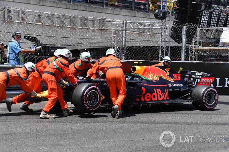 Kaza sonrası Max Verstappen, Red Bull Racing RB14