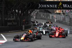 Daniel Ricciardo, Red Bull Racing RB14 leads Sebastian Vettel, Ferrari SF71H at the start of the race
