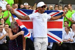 2017 World Champion Lewis Hamilton, Mercedes AMG F1 celebrates with his mother Carmen Lockhart
