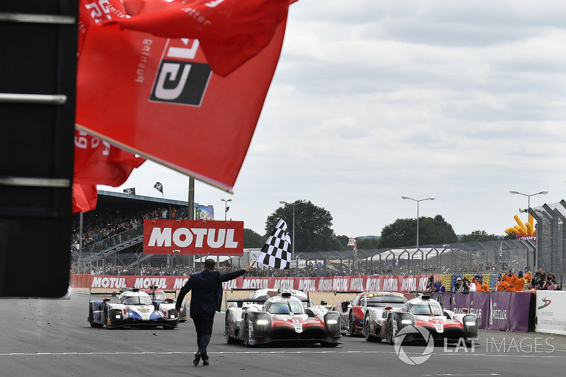 #8 Toyota Gazoo Racing Toyota TS050 krijgt de vlag