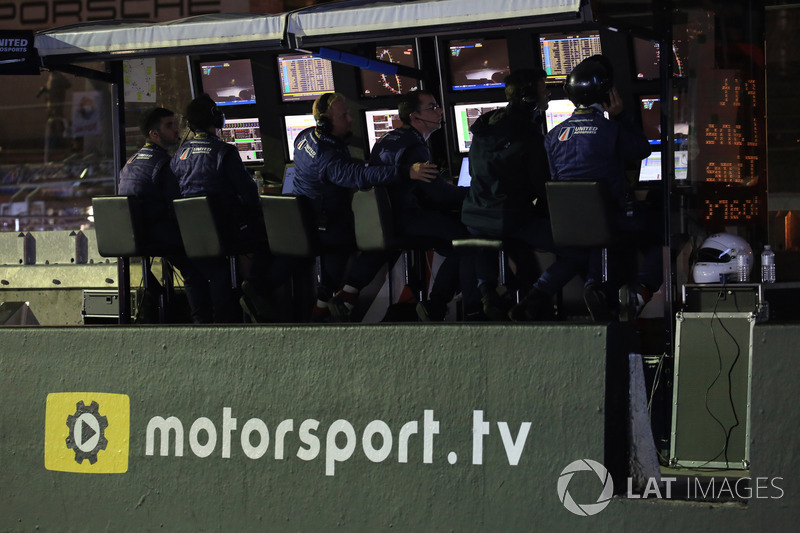 Logo Motorsport.tv in pitlane