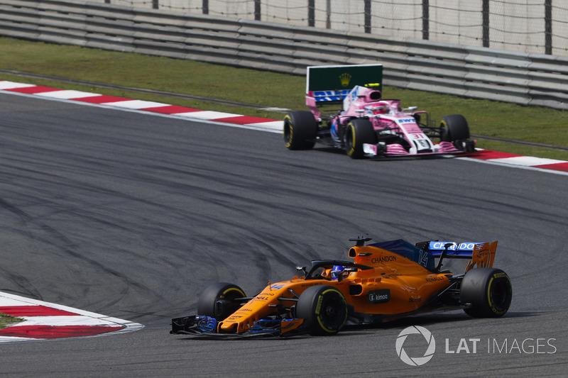 Fernando Alonso, McLaren MCL33 Renault, Esteban Ocon, Force India VJM11 Mercedes