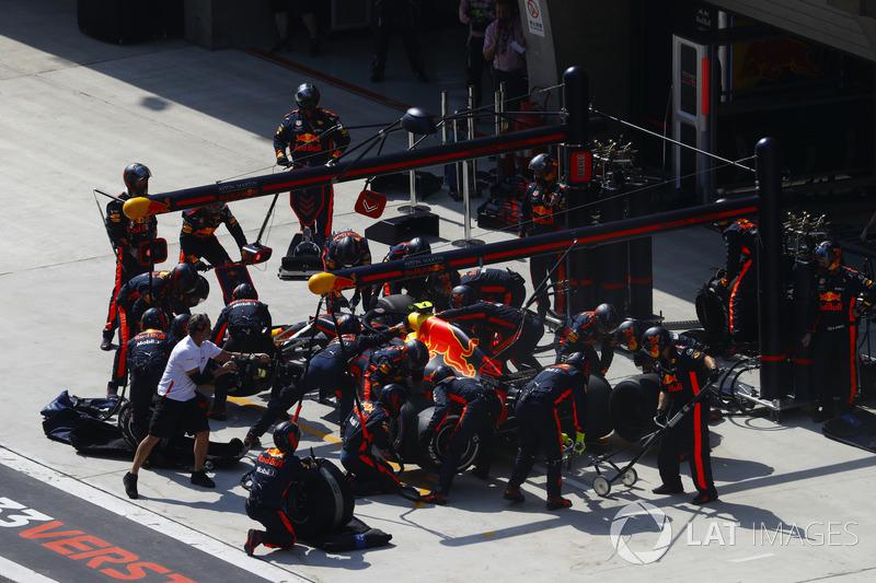 32 коло. Гонщики Red Bull єдиними з першої шістки зупиняються у боксах і перевзуваються у гуму Soft