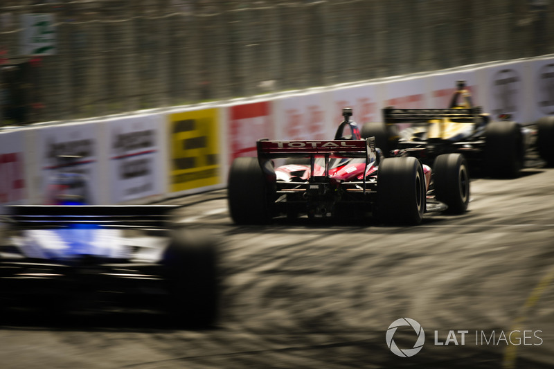 Aksi balap IndyCar di Long Beach