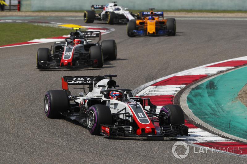 Romain Grosjean, Haas F1 Team VF-18 Ferrari, Kevin Magnussen, Haas F1 Team VF-18 Ferrari, y Fernando Alonso, McLaren MCL33 Renault