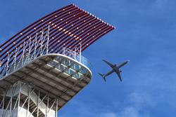 Uçak ve izleme kulesi
