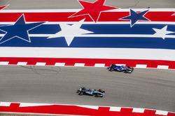 Lewis Hamilton, Mercedes AMG F1 W08, passeert Pascal Wehrlein, Sauber C36