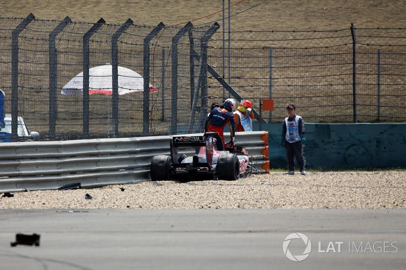 Sébastien Buemi, Scuderia Toro Rosso STR5 crashed in the first practice session