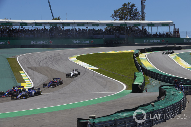 Pierre Gasly, Scuderia Toro Rosso STR12, Marcus Ericsson, Sauber C36, Brendon Hartley, Scuderia Toro Rosso STR12, Lance Stroll, Williams FW40, chase the pack at the start