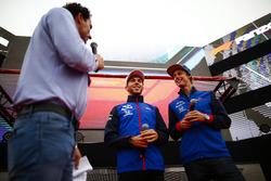 Pierre Gasly, Toro Rosso y Brendon Hartley, Toro Rosso, son entrevistados en el escenario