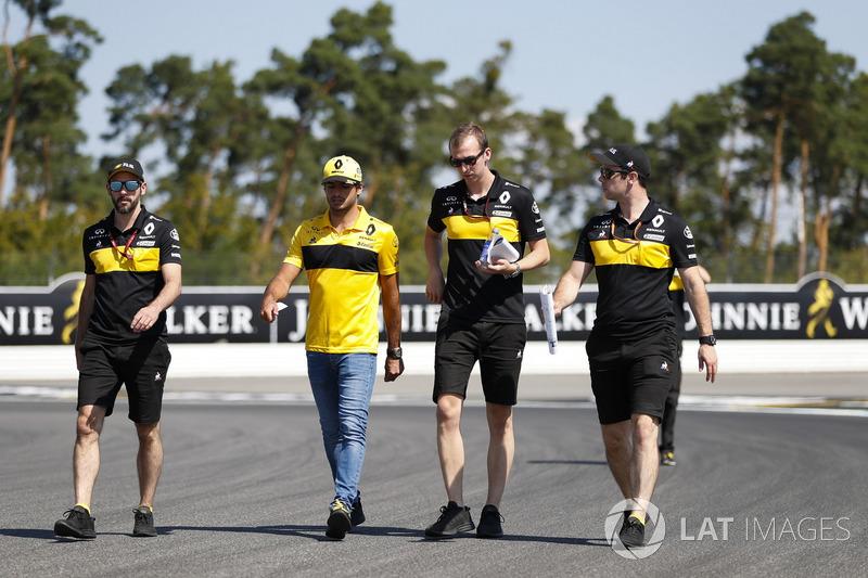 Carlos Sainz Jr., Renault Sport F1 Team, cammina lungo il circuito