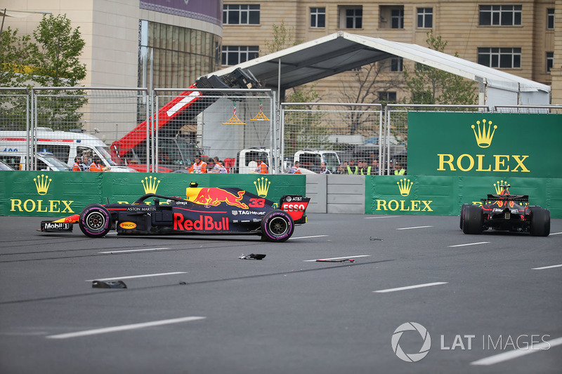 Les voitures endommagées de Max Verstappen, Red Bull Racing RB14 et Daniel Ricciardo, Red Bull Racing RB14