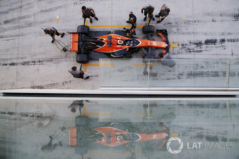Stoffel Vandoorne, McLaren es atendido por el equipo