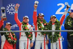 Podium LMGTE Am : les deuxièmes, place Thomas Flohr, Francesco Castellacci, Giancarlo Fisichella, Spirit of Race