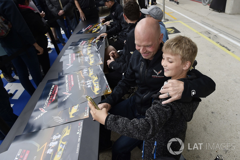 #63 Corvette Racing Chevrolet Corvette C7.R: Jan Magnussen, autograph session