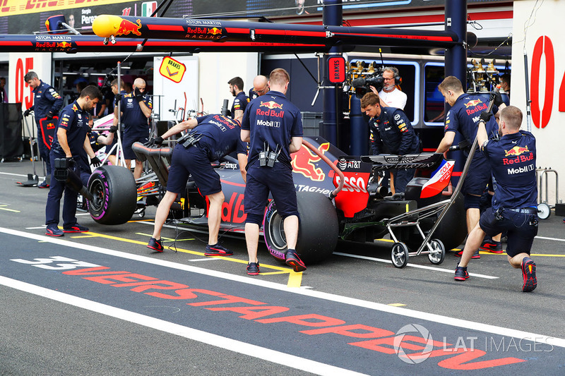 Max Verstappen, Red Bull Racing RB14, vuelve al pitlane