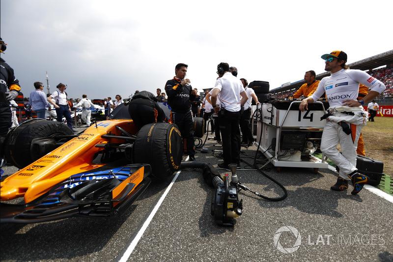 Fernando Alonso, McLaren MCL33, in griglia di partenza