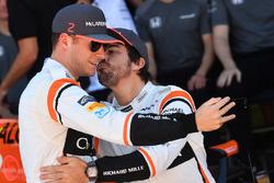 Stoffel Vandoorne, McLaren et Fernando Alonso, McLaren prennent un selfie pendant la photo de l'équipe