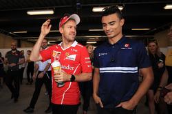 Sebastian Vettel, Ferrari y Pascal Wehrlein, Sauber en el desfile de pilotos
