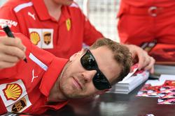 Sebastian Vettel, Ferrari lors de la séance d'autographes