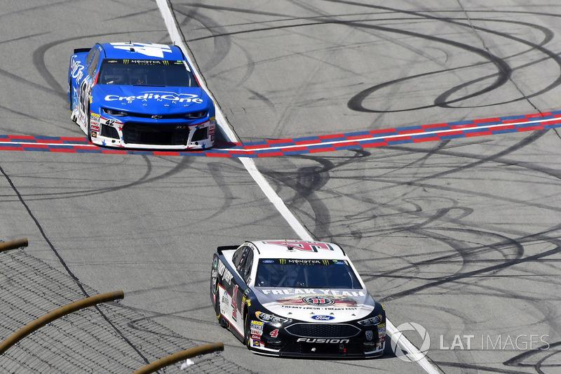 Kevin Harvick, Stewart-Haas Racing, Ford Fusion Jimmy John's Kickin' Ranch e Kyle Larson, Chip Ganassi Racing, Chevrolet Camaro Credit One Bank