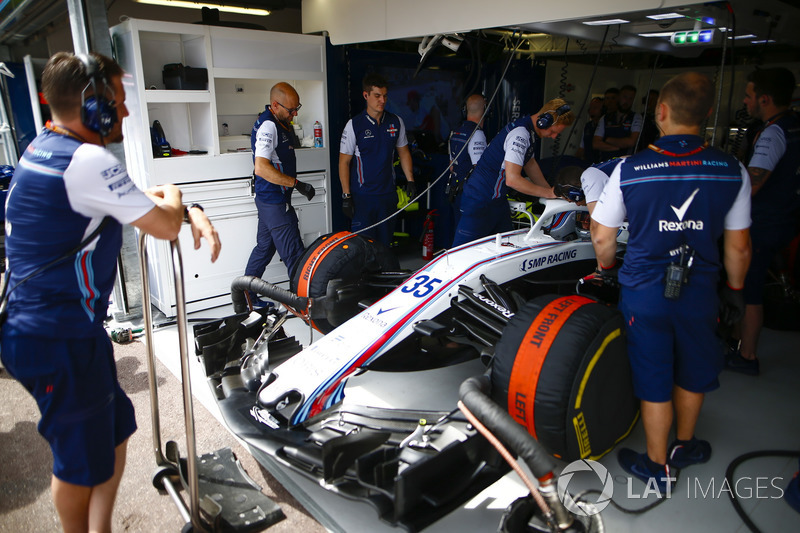 Engineers with the car of Sergey Sirotkin, Williams FW41