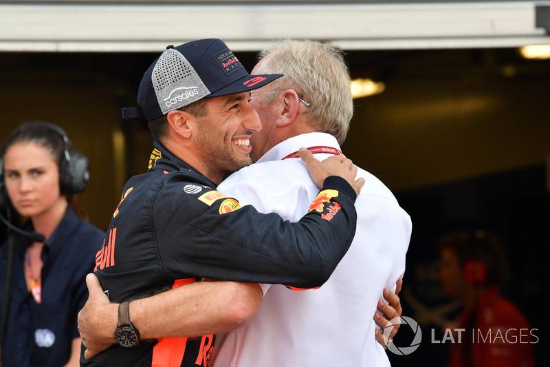 Il poleman Daniel Ricciardo, Red Bull Racing festeggia nel parco chiuso con il Dr Helmut Marko, Consulente Red Bull Motorsport