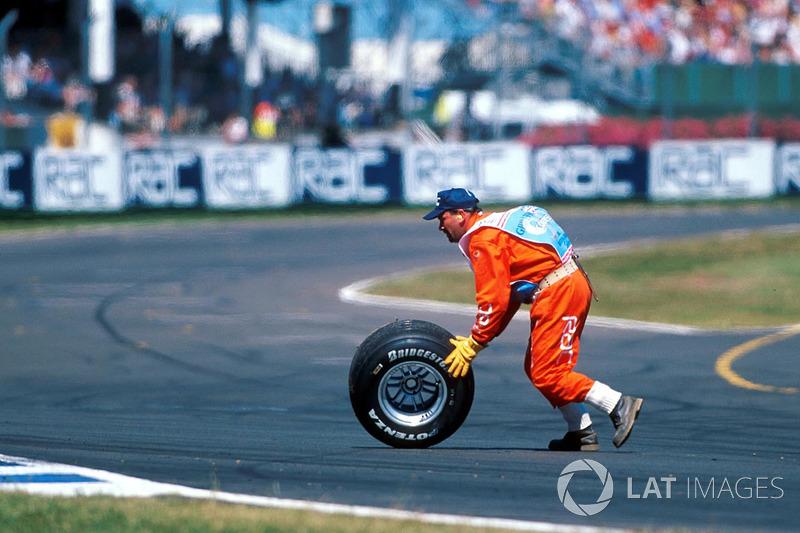 En el desarrollo de la carrera, Hakkinen tuvo un desprendimiento de la rueda trasera izquierda que rebotó en la pared y quedó sobre la pista.