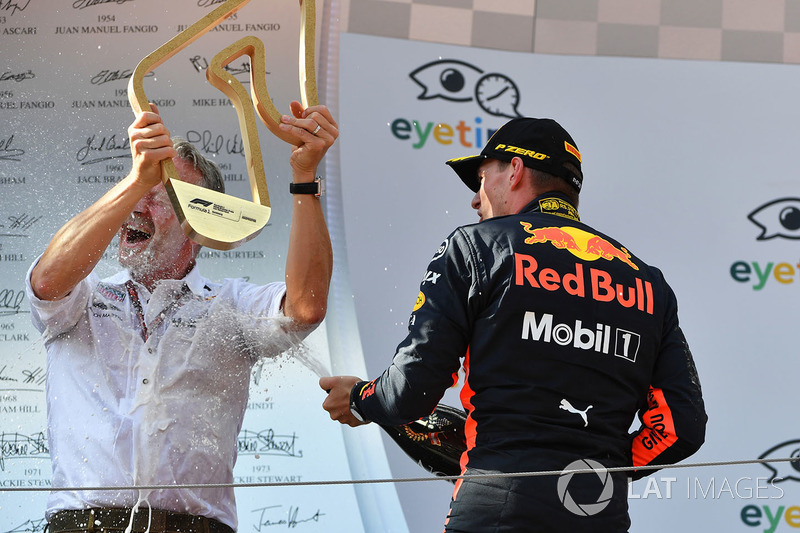 Max Verstappen, Red Bull Racing et Jonathan Wheatley, manager de Red Bull Racing sur le podium avec le champagne