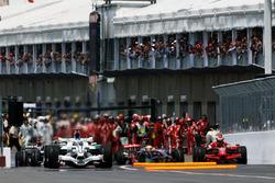 Lewis Hamilton, McLaren MP4/23 se estrella en la parte trasera de Kimi Raikkonen, Ferrari F2008