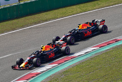 Max Verstappen, Red Bull Racing RB14 precede Daniel Ricciardo, Red Bull Racing RB14