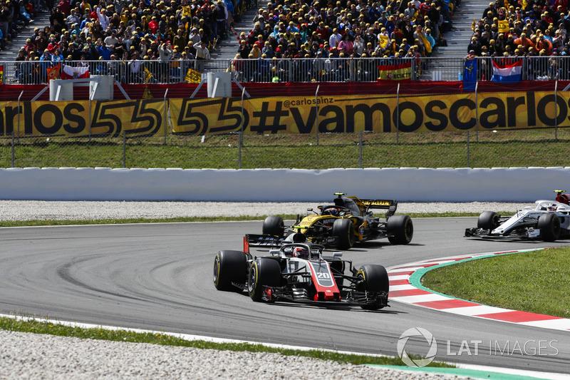 Кевин Магнуссен, Haas F1 Team VF-18, Карлос Сайнс, Renault Sport F1 Team RS18, и Шарль Леклер, Alfa Romeo Sauber C37