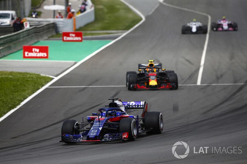 Брендон Хартли, Scuderia Toro Rosso STR13, и Макс Ферстаппен, Red Bull Racing RB14